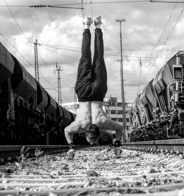 felix-handstand